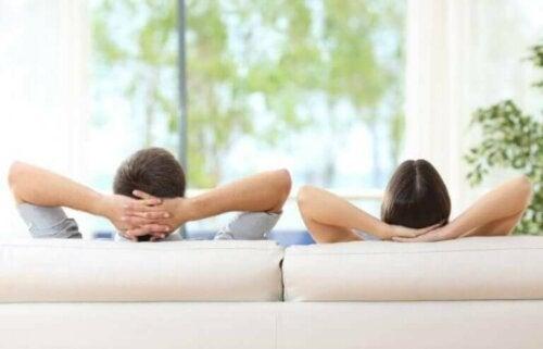 Par i sofa har valgt at blive i nattøjet hele dagen