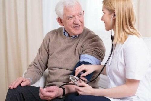 Patient får tjekket blodtrykket og blodkredsløbet under karantæne