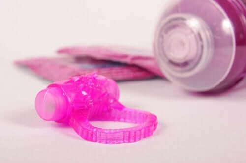 For at øge den seksuelle ophidselse kan du bruge sexlegetøj eller glidecremer, der øger libido