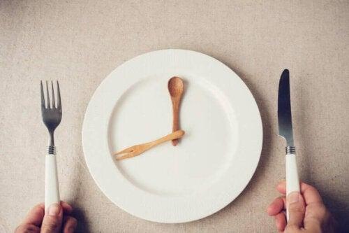 Tallerken med visere på som ur minder os om at spise mindre under lockdown
