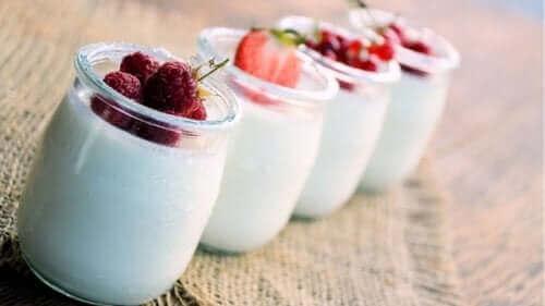 Kombiner fordelene ved yoghurt naturel med dine yndlingsfrugter og nyd en lækker snack