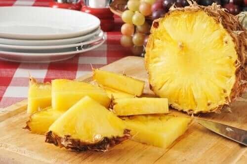 Ananas på skærebræt