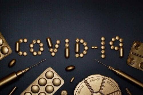 Teksten COVID-19 symboliserer muligheden for reaktivering af coronavirus