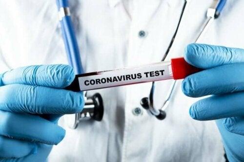 En coronavirus test tjekker for reaktivering af coronavirus