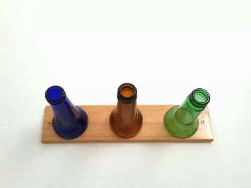 Tre flasker på et bræt udgør en hjemmelavet knagerække