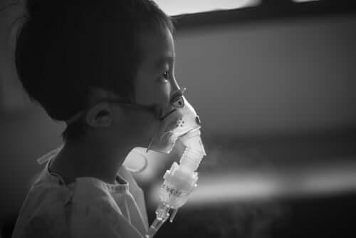 Dreng med lungebetændelse og inhalator