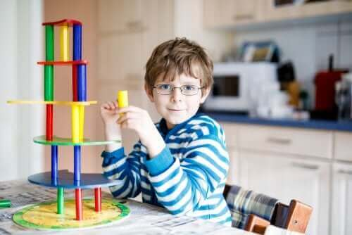 Dreng med briller illustrerer synsproblemer hos børn