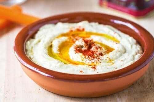 Denne nemme opskrift på hummus med paprika er en god ledsager til andre retter. Du kan også bruge det som en erstatning for kommerciel mayonnaise og dressinger
