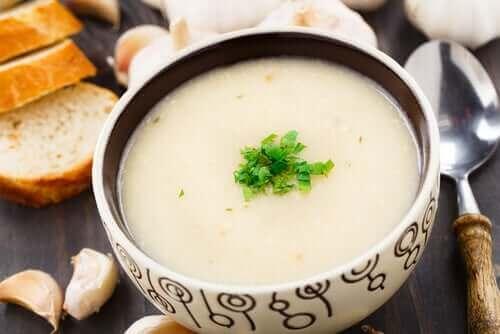 Hvidløgssuppe i skål