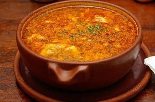 Denne opskrift på hvidløgssuppe med chorizo er endnu en klassiker
