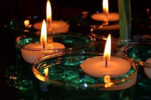 Stearinlys tilføjer et blødt lys og bidrager til et hyggeligt og indbydende hjem