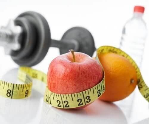Frugt, vand, målebånd og håndvægt