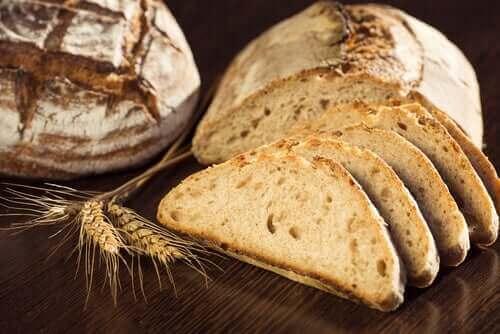 Fuldkornsprodukter inkluderer hele kerner, og de er anbefalede kulhydrater
