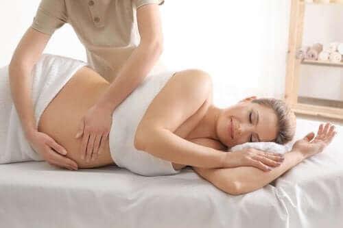 Gravid kvinde masseres
