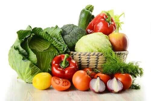 Frugter og grøntsager i kurv