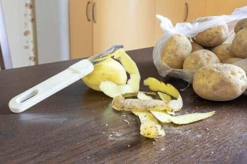 Opvaskemiddel lavet af kartoffelskræller