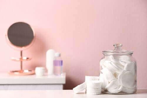 Du kan genbruge syltetøjsglas og organisere badeværelset
