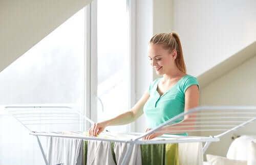 En kvinde, der hænger sit tøj til tørre