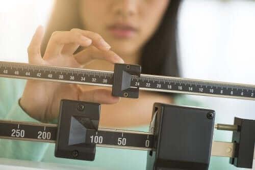 Kvinde på vægt bruger johannesbrød kernemel til at tabe sig