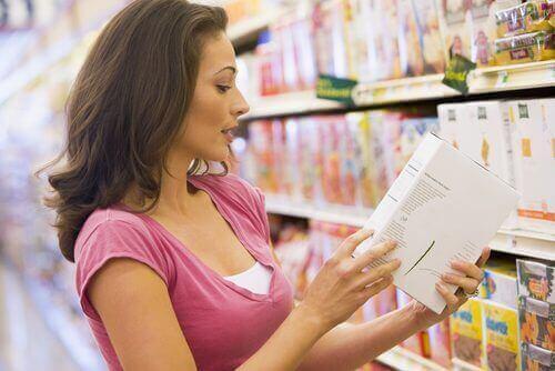 Kvinde læser etikette om berigede fødevarer i supermarked