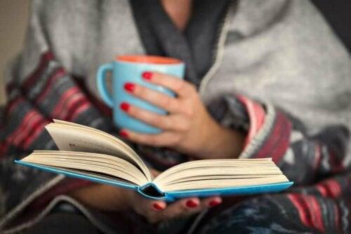 Kvinde læser bog for at pleje det mentale helbred under lockdown
