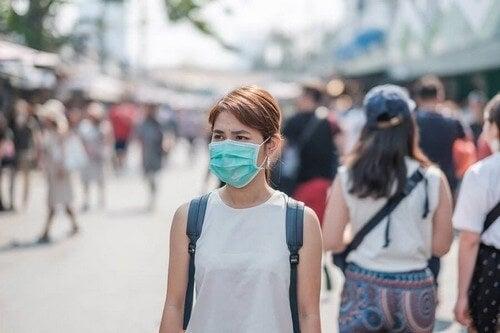 Kvinde bærer maske i offentligheden