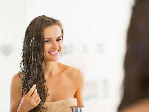 Kvinde anvender naturlig balsam i håret