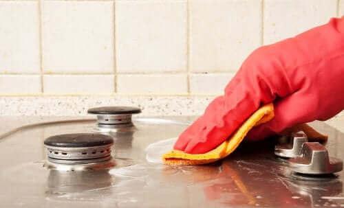 En kvinde, der renser sit komfur