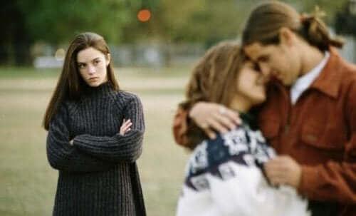 Tre personer illustrerer jalousi i forhold
