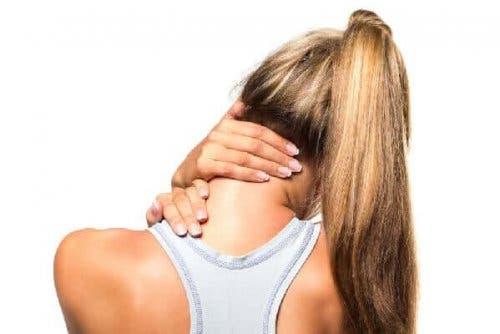 Et karakteristisk symptom på muskulær torticollis er at have den ene skulder lidt højere end den anden