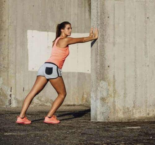 Træning af knæområderne ved siden af leddet vil hjælpe med at stabilisere det