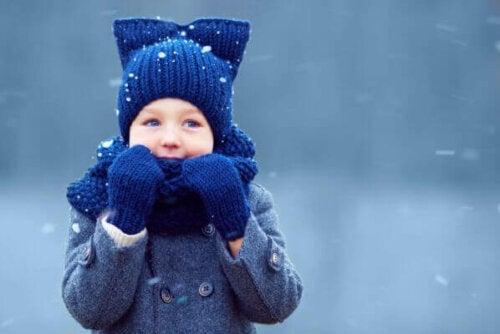 Hypotermi hos børn kan være en konsekvens af utilstrækkelig beskyttelse mod lave temperaturer. Derfor er det vigtigt at være opmærksom på symptomerne