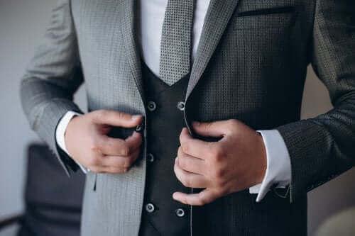 Brudgom knapper sin jakke