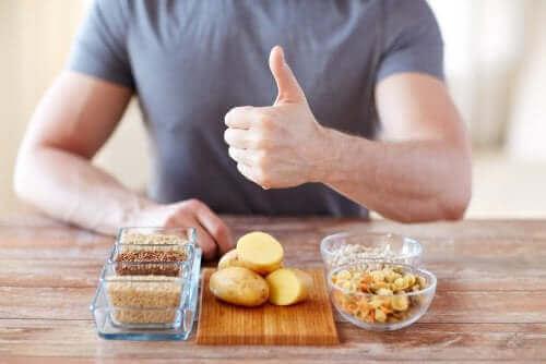 Mand med anbefalede kulhydrater foran sig