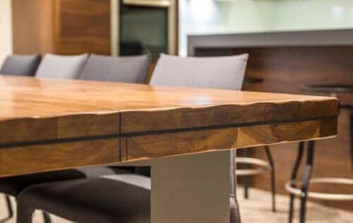 Træ tilføjer et rustikt touch til dit hjem, der gør det hyggeligt og indbydende