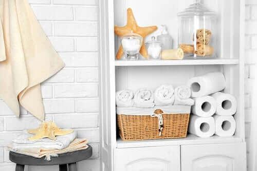 Brug krukker i forskellige størrelser til at organisere dit badeværelse