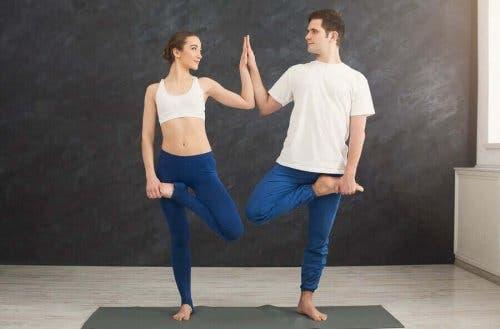 Par dyrker yoga sammen