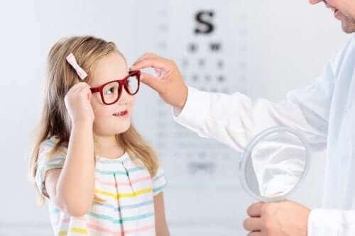 Pige prøver briller