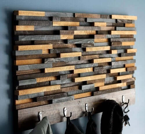 Hjemmelavet knagerække lavet af træ