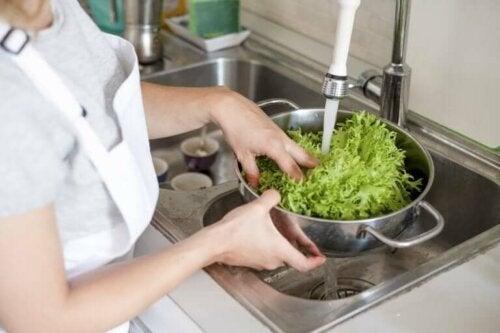 Kvinde skyller salat som alternativ til at desinficere mad