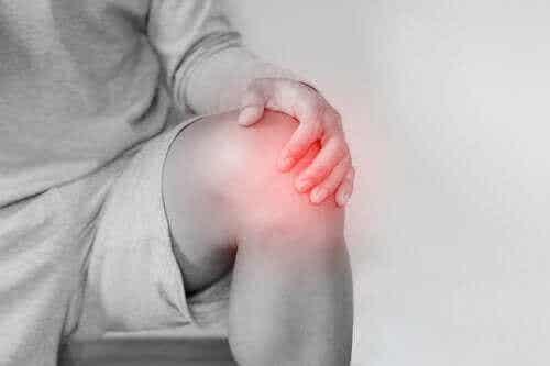 Dislokation i knæ: Årsager og behandling