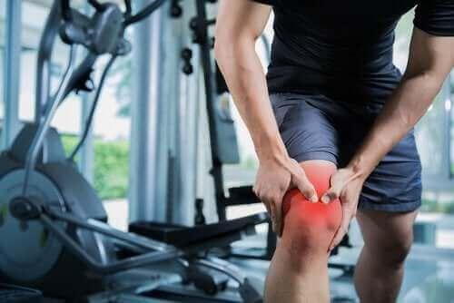 Mand oplever en muskelforstrækning i knæet