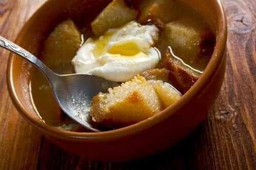 Denne hvidløgssuppe er meget nem at lave og kræver meget få ingredienser