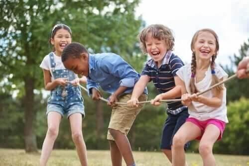 Børn laver tovtrækning