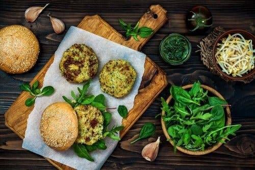 Veganske quinoa-bøffer er kalorifattige og indeholder næringsstoffer, der gavner dit helbred
