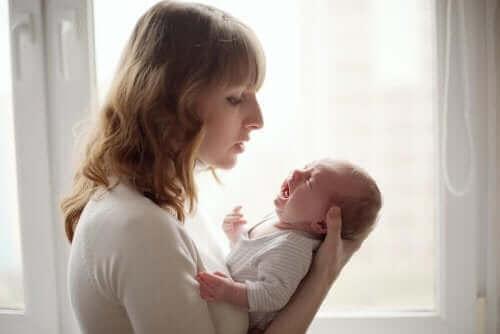 Baby græder grundet luft i maven
