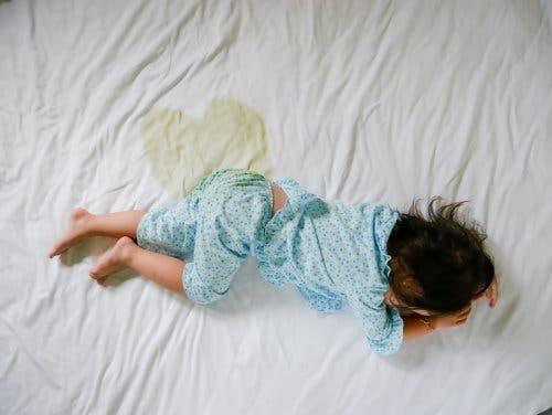 Et af symptomerne på ungdomsdiabetes er polyuri, som undertiden er ansvarligt for sengevædning