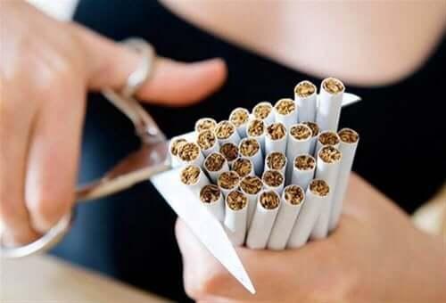 Person klipper cigaretter over som del af rygestop