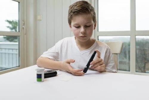 Dreng tjekker sit blodsukkerniveau