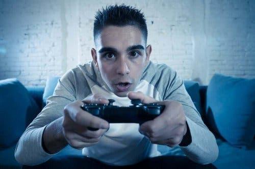 Dreng spiller videospil, selvom videospil påvirker unge på mange måder